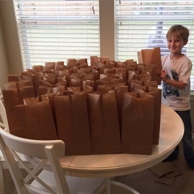 boy-spends-money-to-buy-foods-for-the-homeless-meaningful-pictures