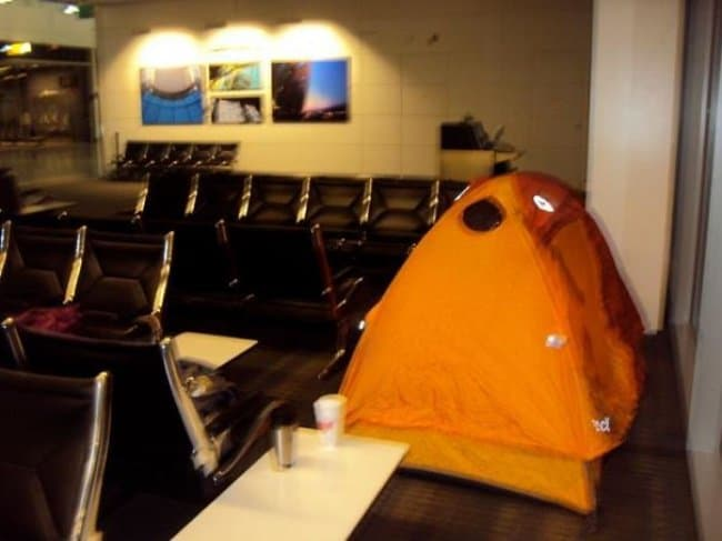 guy_put_up_camping_tent_in_airport_being_strange