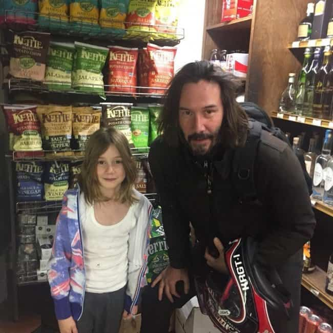 kid-takes-photo-with-keanu-reeves