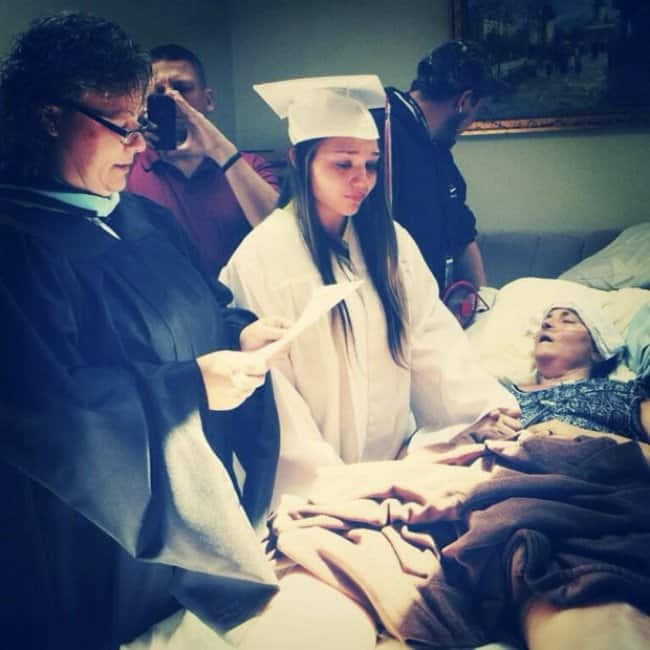 daughter-shares-graduation-with-ill-mother-proud-parents