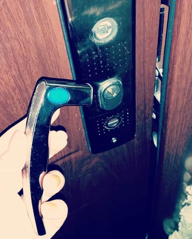 door-knob-broken-hilarious-excuses-for-being-late
