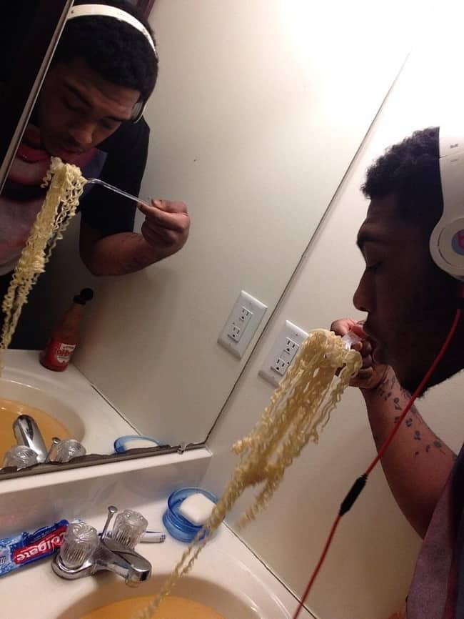 eating-noodles-from-a-bathroom-sink-people-with-extraordinary-mind