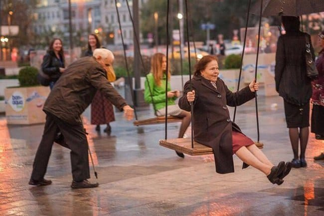 elderly-people-enjoying-the-swing-heartwarming-photos
