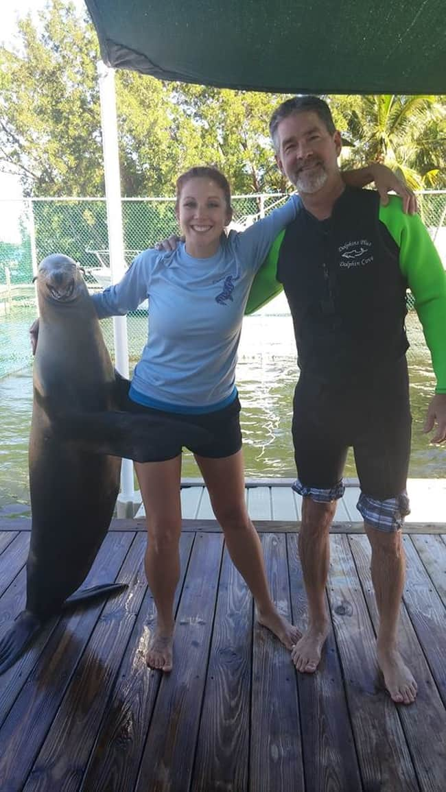 happy-seal-taking-picture-with-people-heartwarming-photos