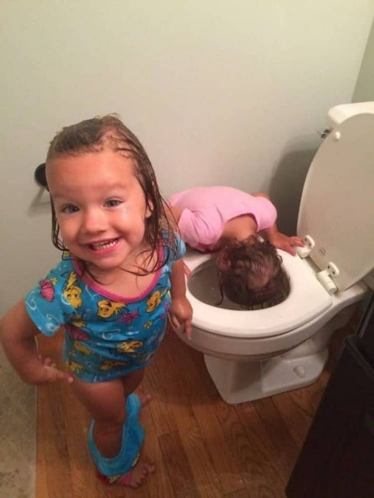 kids-playing-with-the-toilet-bowl