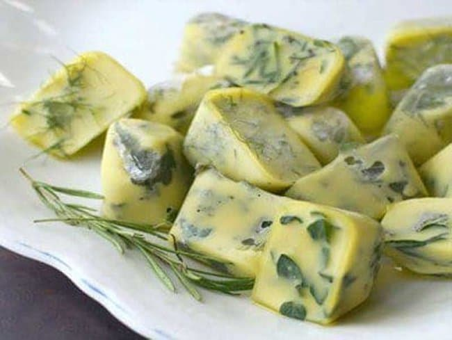 leftover-herbs-in-olive-oil-frozen-cubes-freezer-hacks