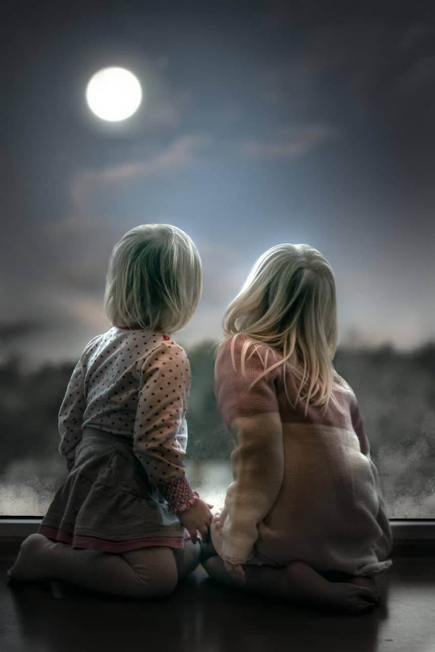 little-girls-looking-at-the-moon