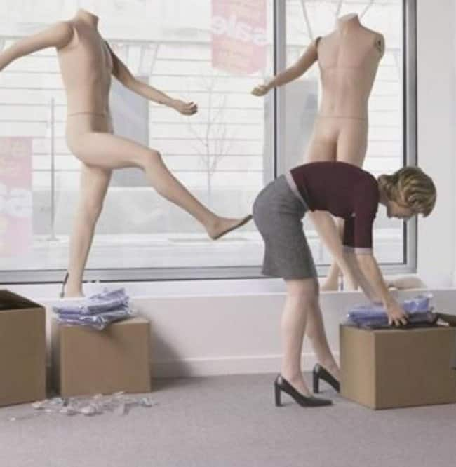 mannequin-kicking-a-lady-perfectly-timed-photos
