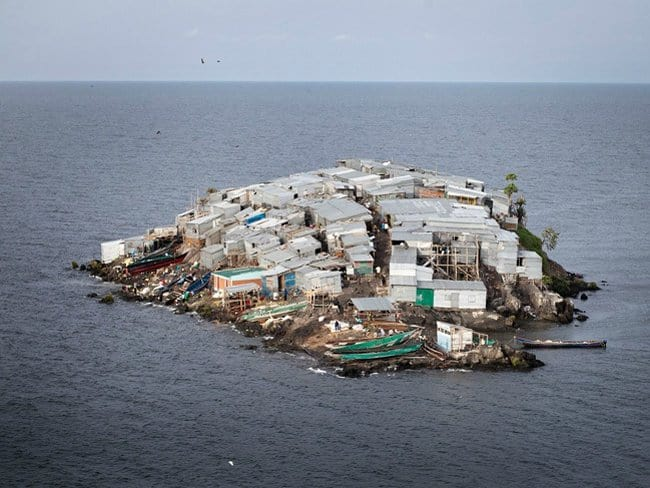 over-crowded-island-photos-that-make-zero-sense