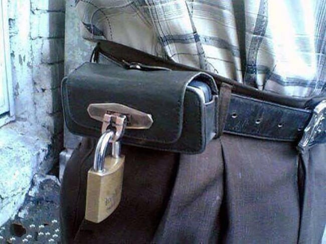 padlock-phone-holder-people-with-extraordinary-mind