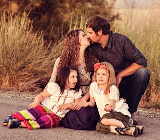 parent-kiss-disgust-kids-hilarious-family-photos