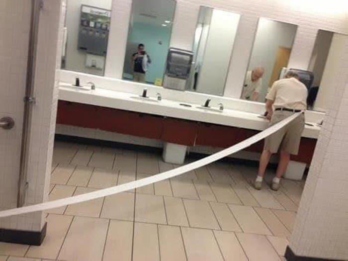 toilet-paper-stuck-pants-confusing-photos