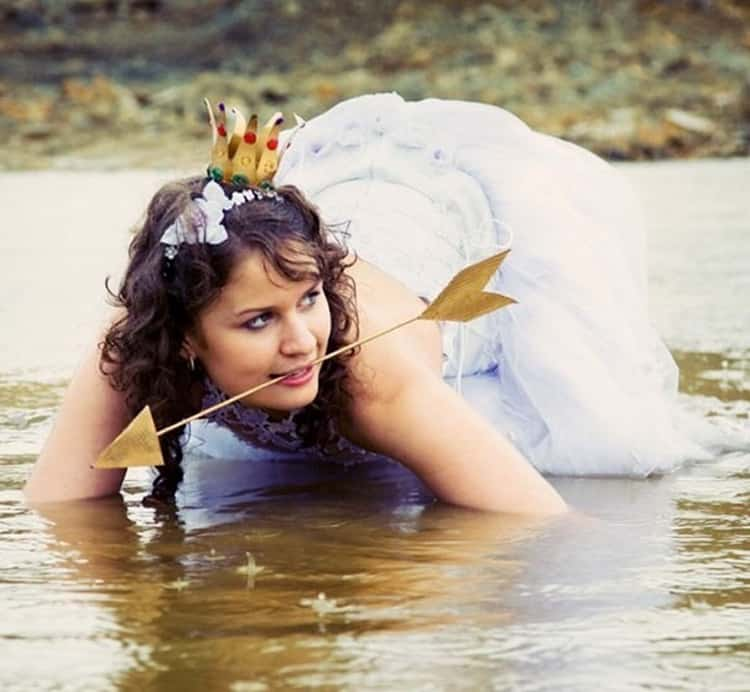 bride-crawling-on-water-arrow-in-mouth-funny-russian-wedding-photos