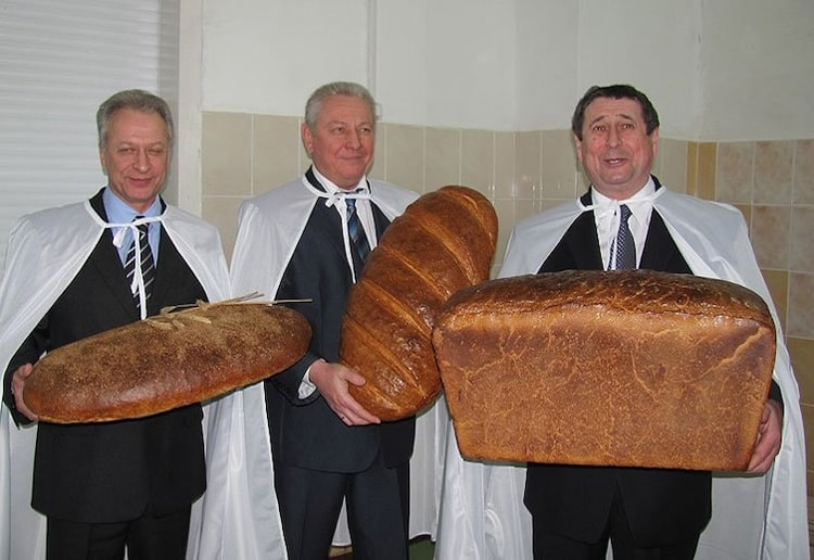giant-bread-loaves-uncanny-people
