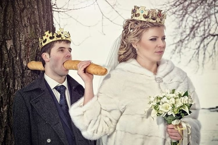 stabbing-bread-load-into-groom-mouth-funny-russian-wedding-photos