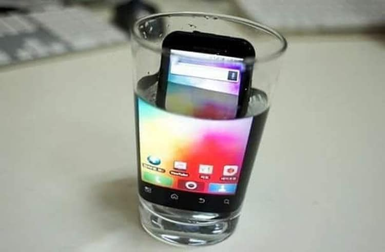 zooming-in-phone-screen-with-water-funny-life-hacks