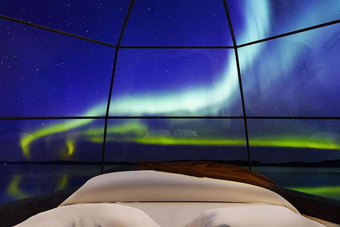 glass-igloos northern lights