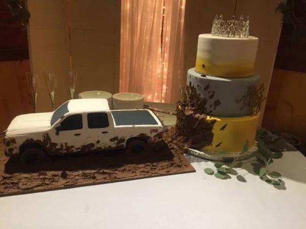 contrasting wedding cakes
