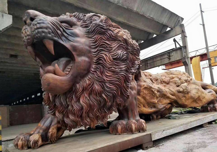 giant lion sculpture redwood trunk