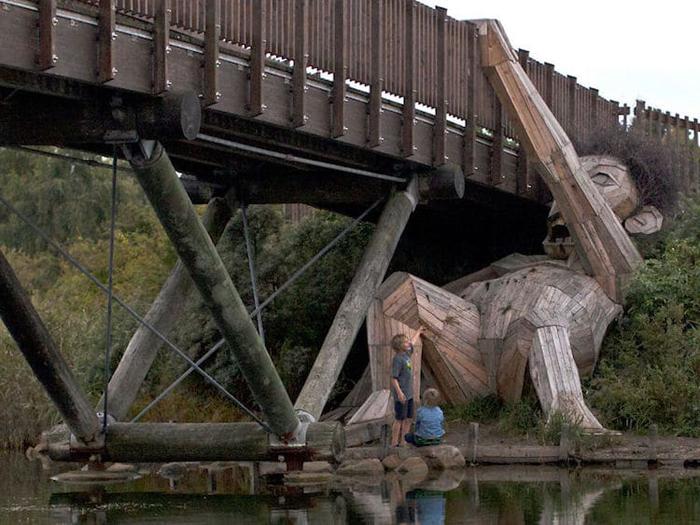 oscar under the bridge by thomas dambo