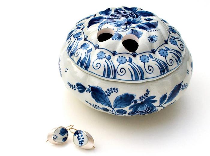 gesine hackenberg ceramic jewelry blue delft earring