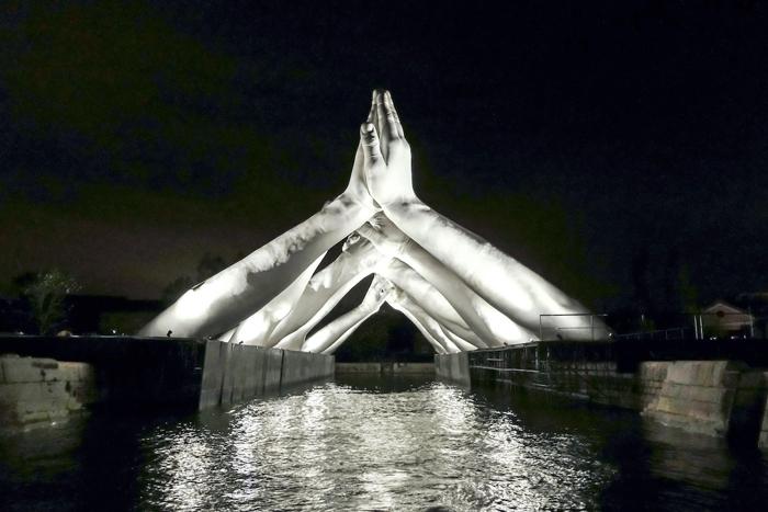 lorenzo quinn building bridges sculpture night