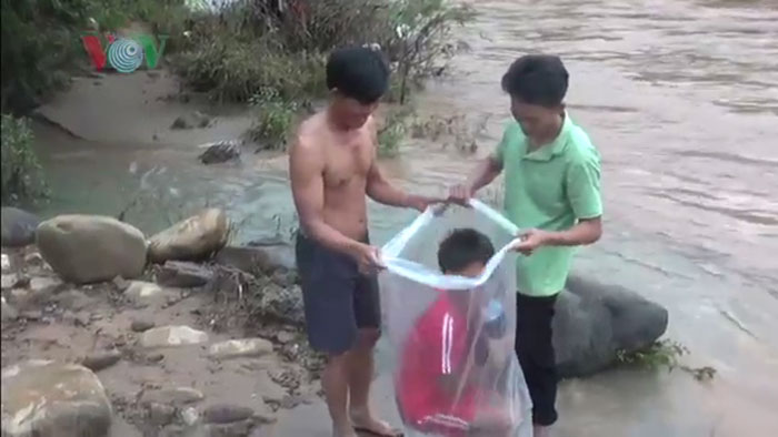 kids placed in plastic bags vietnam river