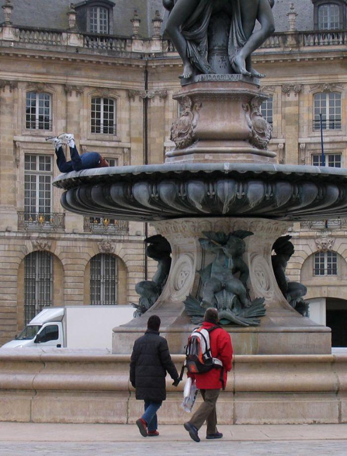 mark jenkins realistic mannequins fountain diver bordeaux france