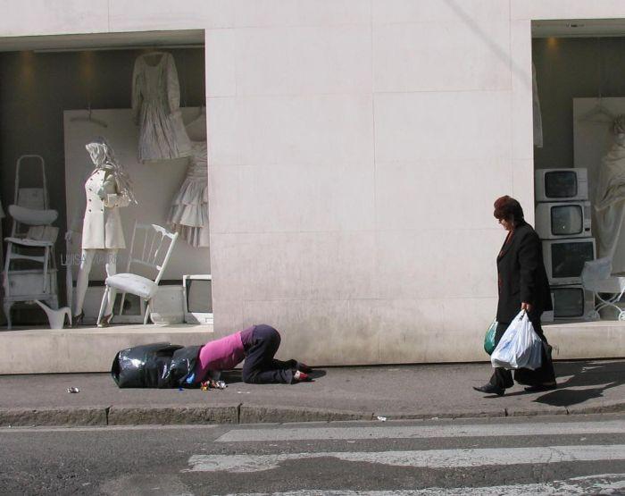 mark jenkins realistic mannequins garbage finder prato italy
