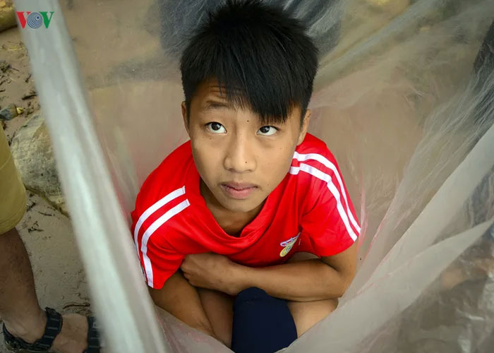 schoolkid huoi ha placed in plastic bag