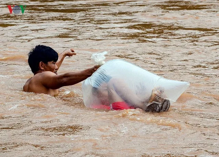 vietnamese schoolkids dragged across river in plastic bag