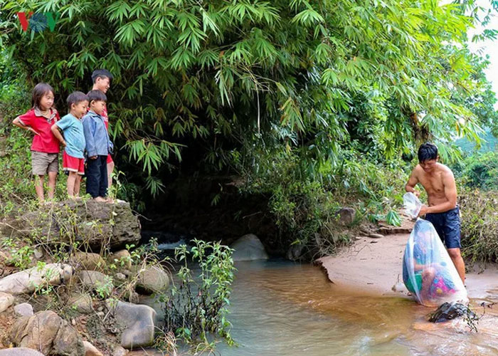 vietnamese schoolkids placed in plastic bags cross river