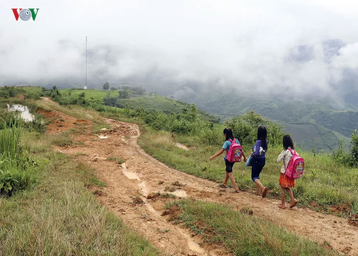 vietnamese schoolkids walking to school