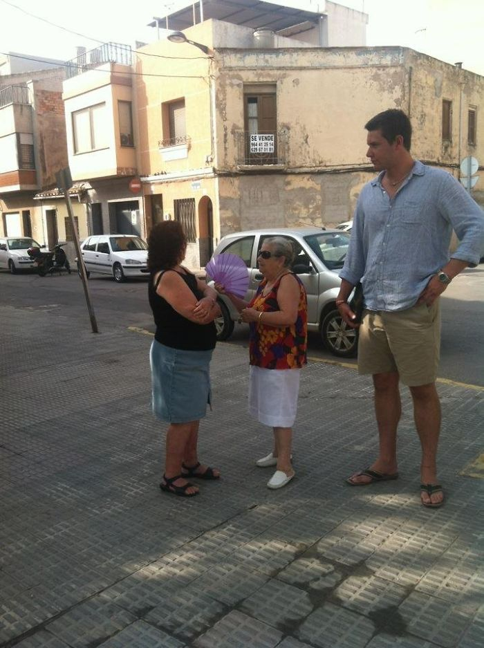 tall people with short people spain