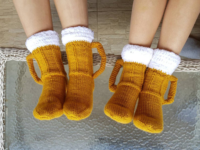 vikysknitncrochet beer mug socks