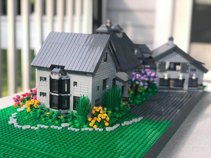LEGO House Replica White and Gray Garden