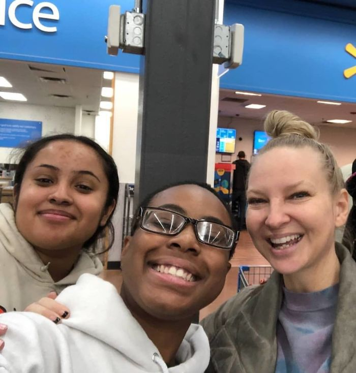 Sia Pays for Stangers' Groceries at Walmart 6