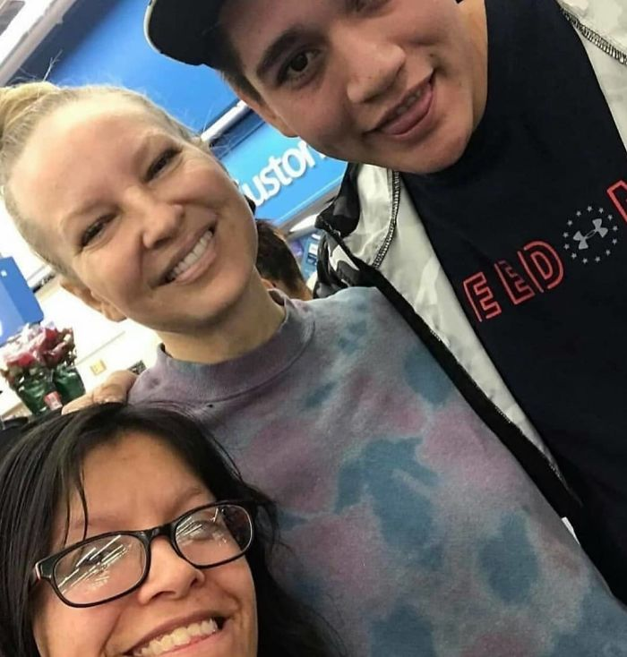 Sia Pays for Stangers' Groceries at Walmart