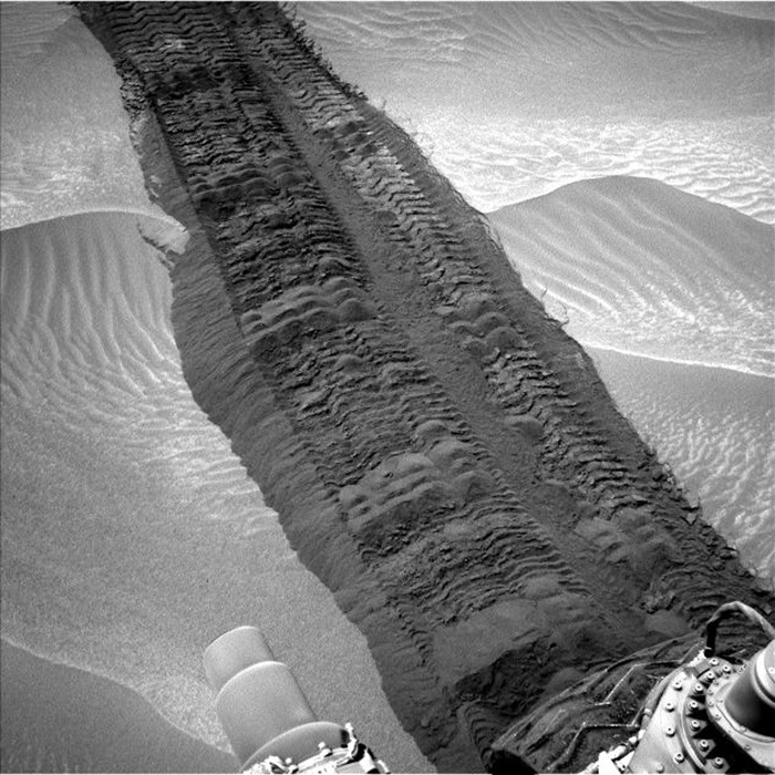 Curiosity Tracks in Hidden Valley on Mars