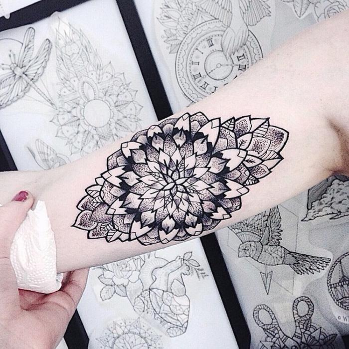 jessica svartvit mandala flower design