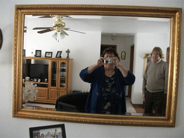 people trying to sell mirrors photobomber