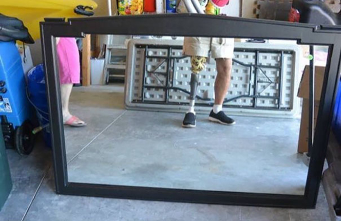 sellers avoiding reflection prosthetic leg
