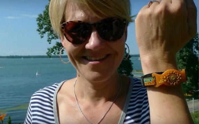 woman wearing uv monitor bracelet
