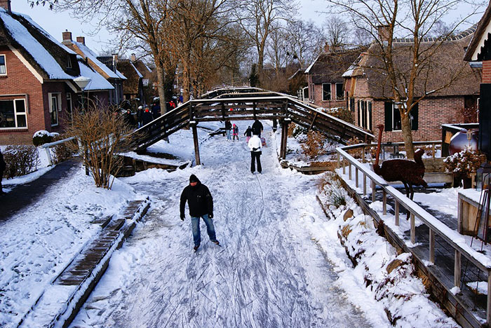 Giethoorn ice skating