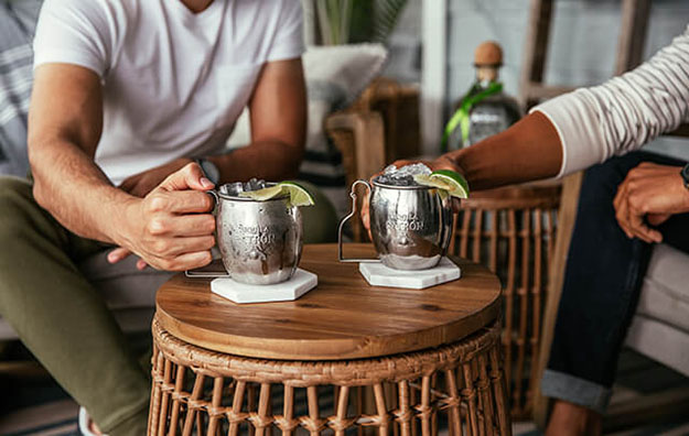 Friends using the Pátron mule mugs