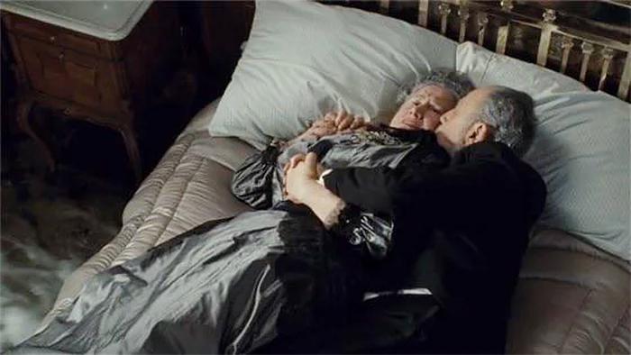 film trivia titanic hugging couple prepared to drown