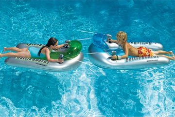 pool floats with integrated squirt guns
