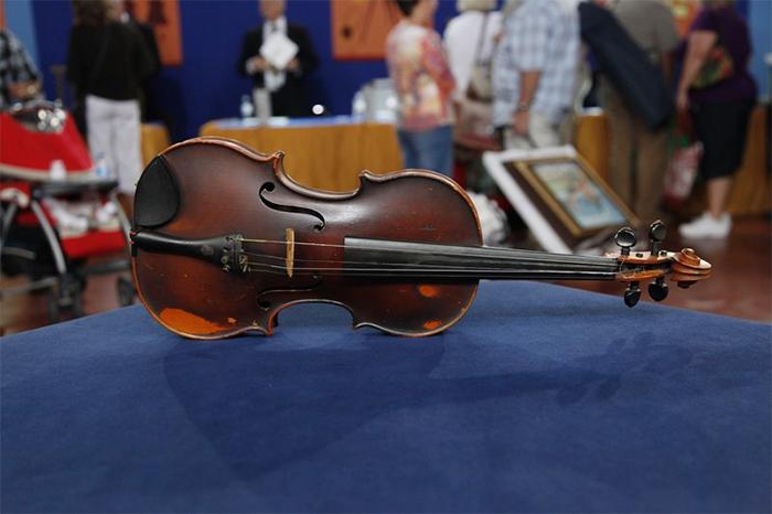 vintage violin found in the trash