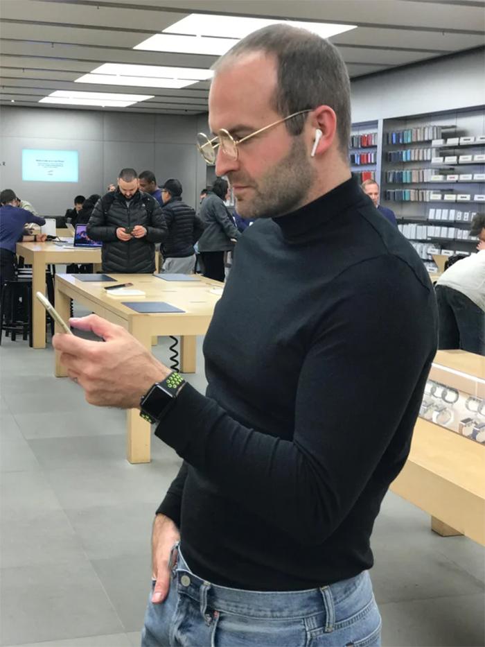 steve jobs lookalike stops by the apple store