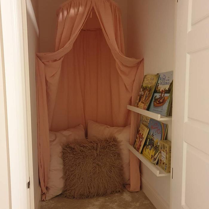 girls room reading nook